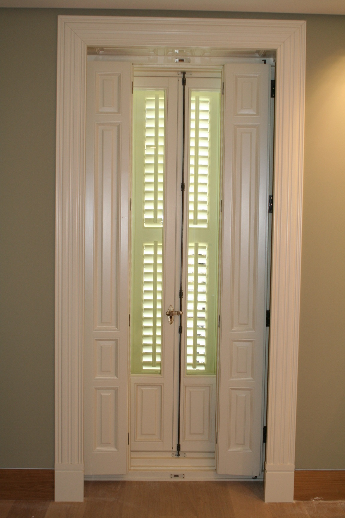 Puertas de madera de pino finest puerta pino cristales for Cristales para puertas de madera