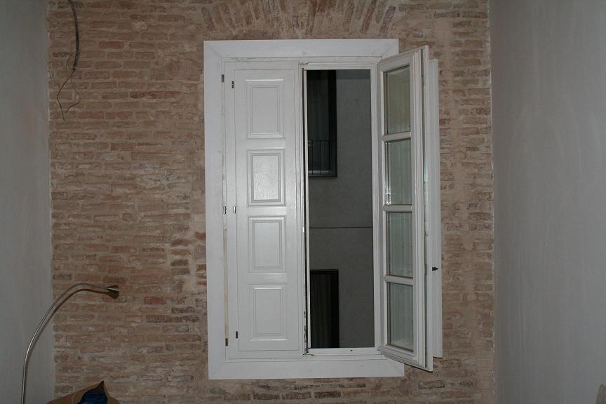 Ventanas de madera barcelona simple ventana antigua de for Puertas madera barcelona