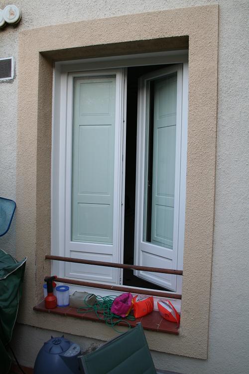 Casa residencial familiar ventanas de madera con - Ventanas de madera madrid ...